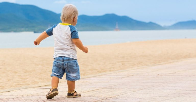 when do babies start walking